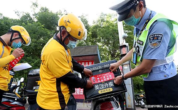 安全第一!盐湖交警联合外卖企业,街头劝导骑手依法正确佩戴头盔啦