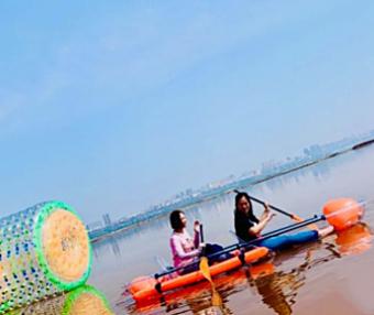 """运城盐湖""""升级版""""游玩模式开启!竹筏慢游、水上滚筒球、透明水晶船"""