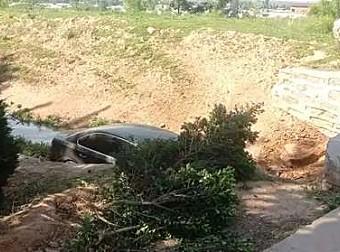 夏县一轿车避让三轮车,掉进桥下,车毁人受伤!